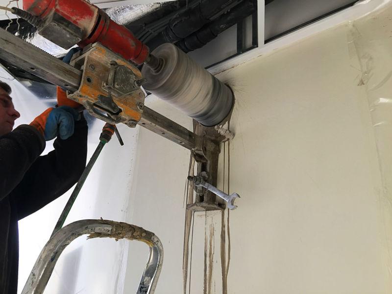 Сверление отверстия в бетонной стене