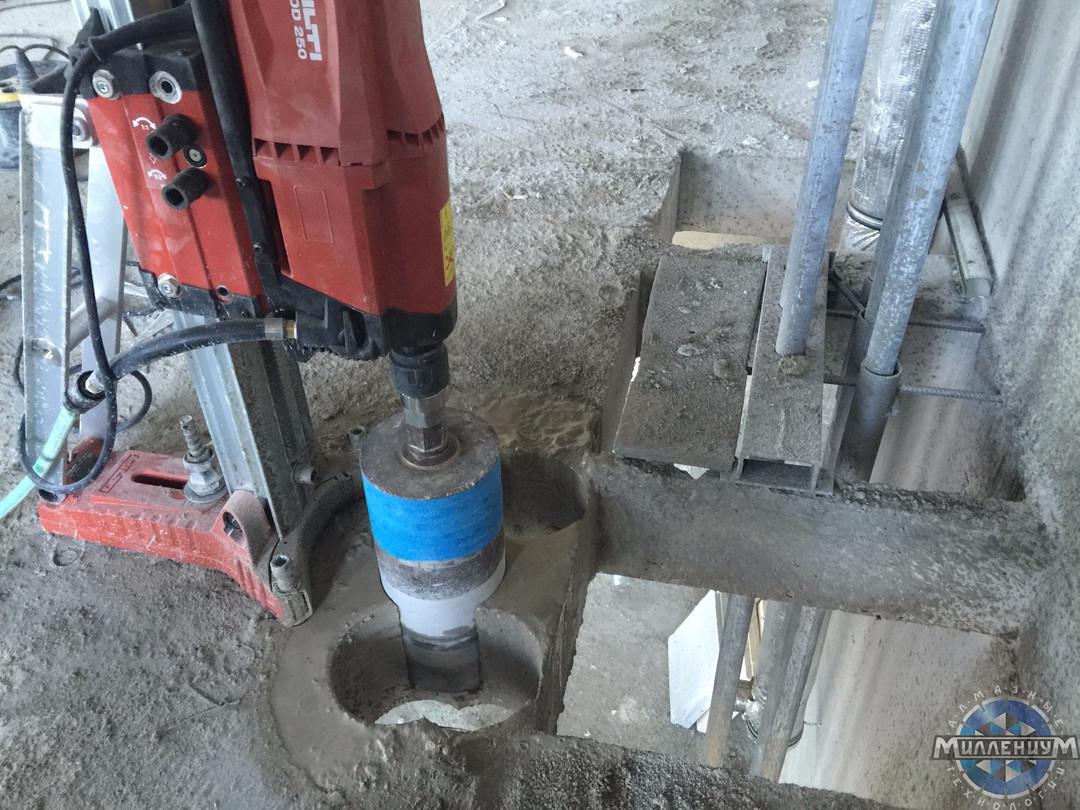 Бурение отверстия в бетонном перекрытии
